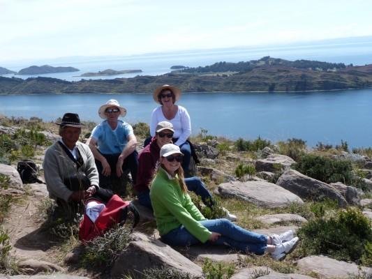montée ( à dèjà plus de 3800m d'altitude) vers une vue panoramique du lac titicaca en compagnie de Calixto ( notre hote) et de Rosa ( notre guide)