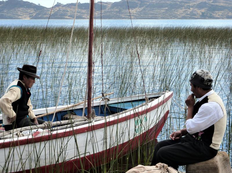 Venancio et son père sur le bord du lac Titicaca